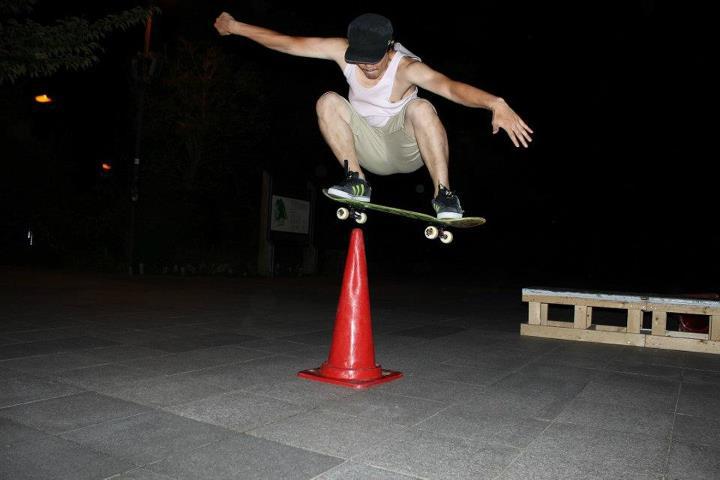 オーリー コツ 練習方法 スケボー 初心者 スケートボード 立てたカラーコーン