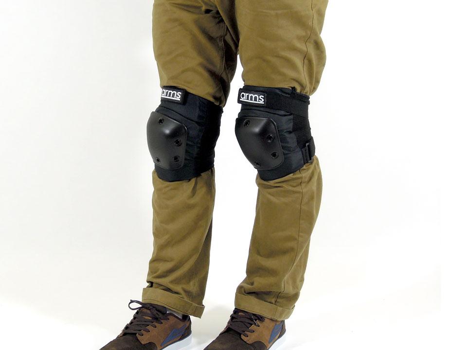 arms スケボー ニーパッド(膝当て) 着用例1