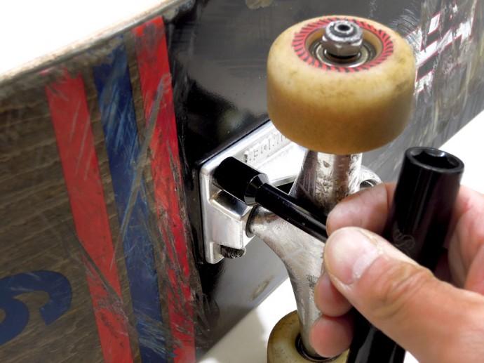 スケボーのトラックの交換 ツールをボルトにはめ込みます。