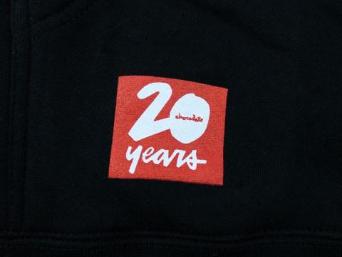 Chocolate スケートボード 20周年記念パーカー ブラック 06