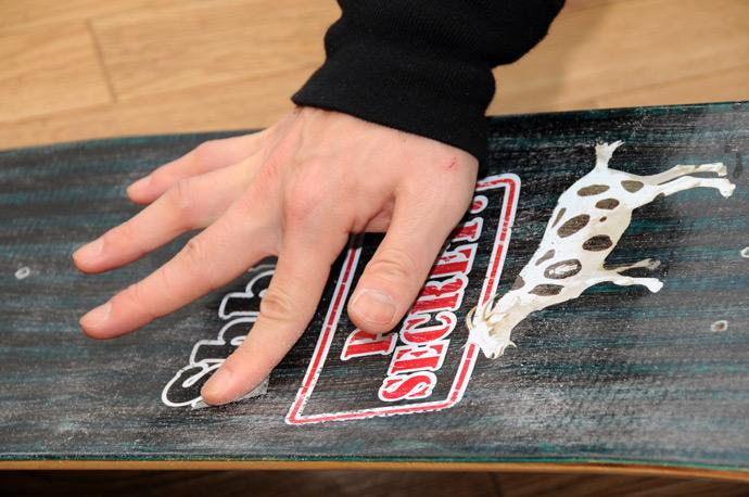 スケボー初心者のためのメンテナンスコーナー デッキテープの貼り方 04