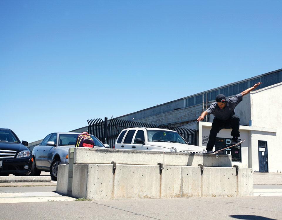 スケーターは、縁石にストッパーを付けられても、お構いなし。