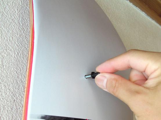 スケボー デッキ 壁面ディスプレイSK8OLOGY Deck Display ストッパーを取り付ける。