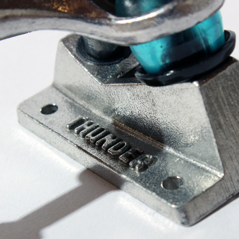 THUNDERのスケートボードトラック